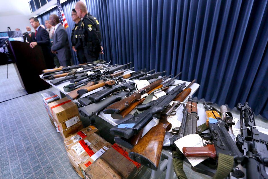 Armas en despliegue durante una conferencia de prensa en Los Angeles. (Aurelia Ventura/La Opinion)