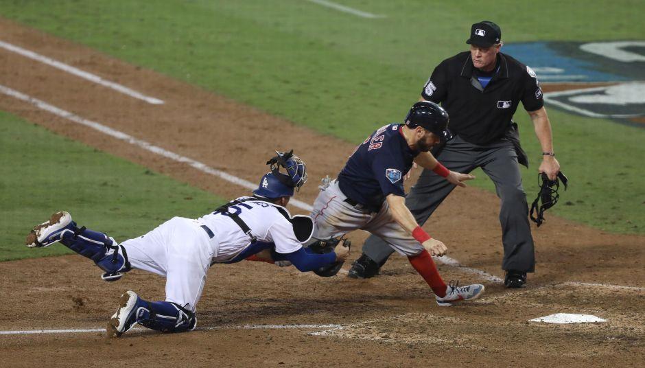 El corredor Holt es puesto out en home por el tiro de Bellinger al catcher Barnes, otra gran jugada.