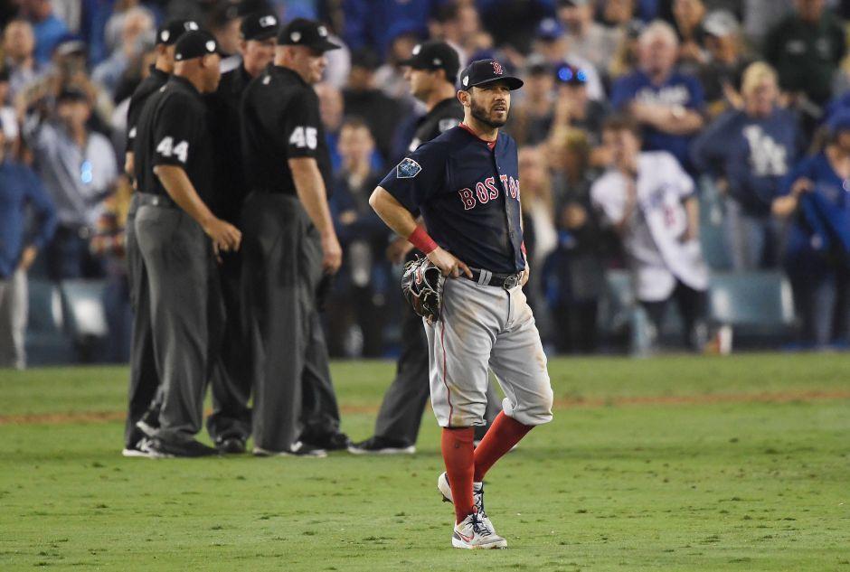 Ian Kinsler no puede creer su error de fildeo que mantuvo a los Dodgers con vida.