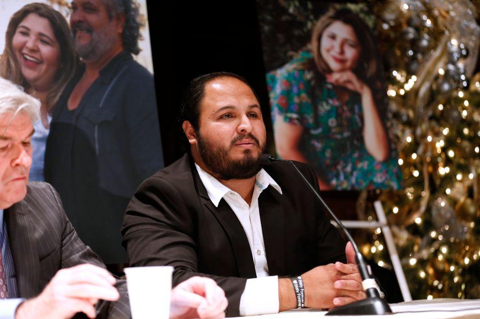 Albert Corado Jr., hermano de Mely, junto a su padre y abogados. (Aurelia Ventura/La Opinion)