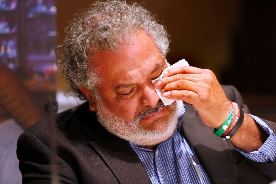 Albert Corado Sr., padre de Mely, llora al recordar a tragedia. (Aurelia Ventura/La Opinion)