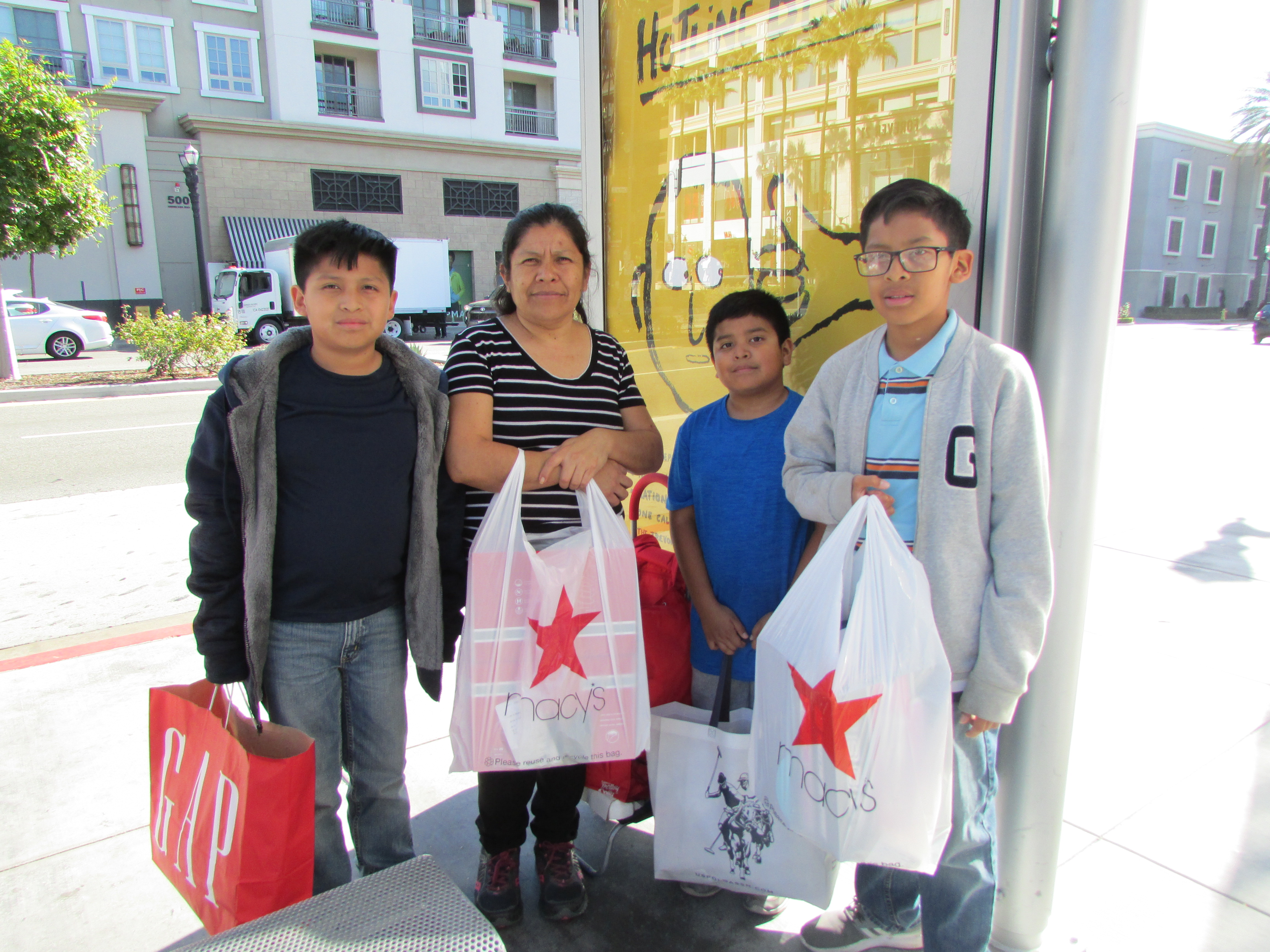 Raquel Martínez compró la ropa de invierno para sus hijos, Abraham, Gilberto y Daniel. (Araceli Martínez/La Opinión).