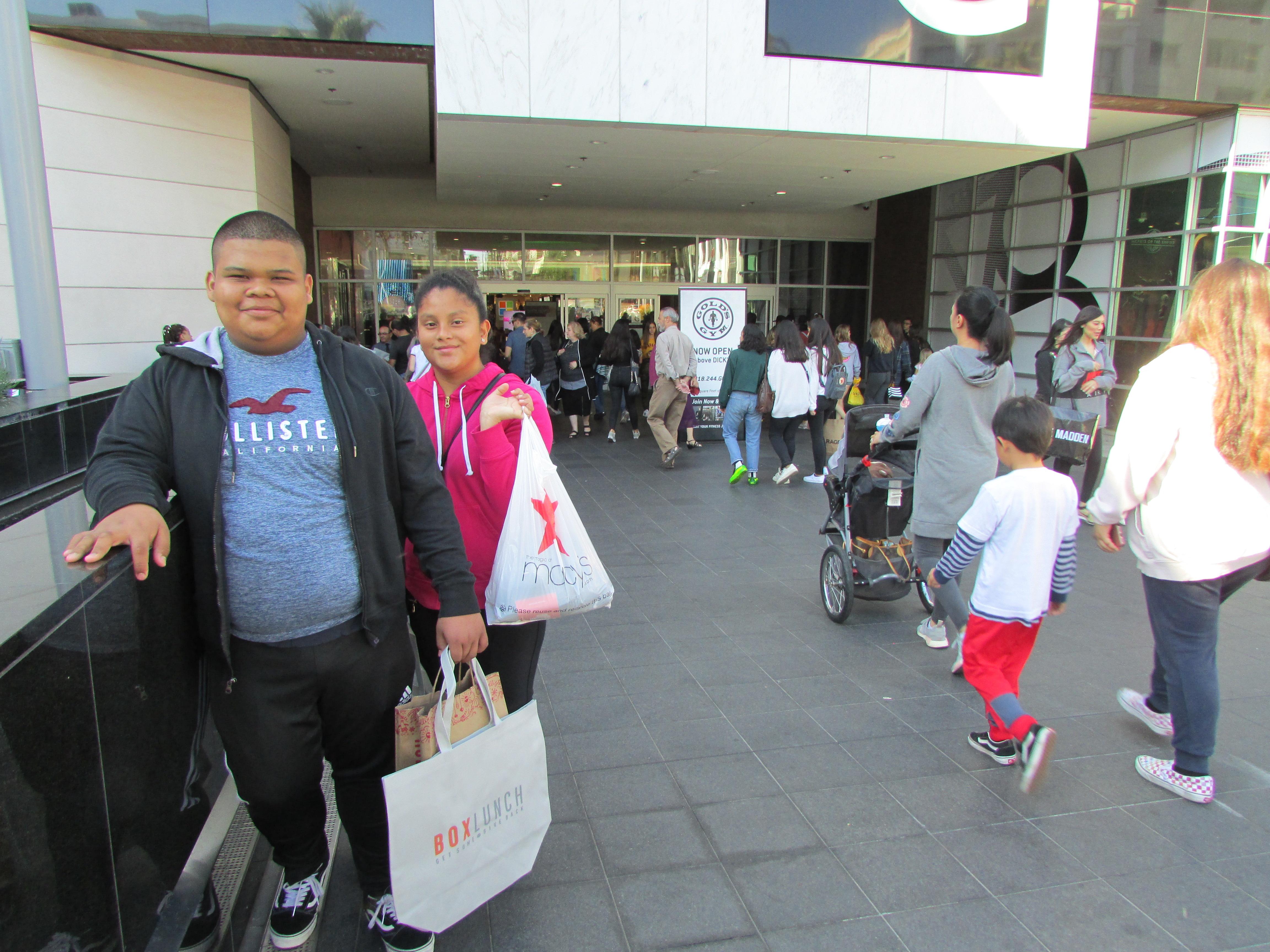 Los hermanos Herrera llegaron temprano al mall de Glendale Galleria por sus compras de Viernes Negro. (Araceli Martínez/La Opinión).