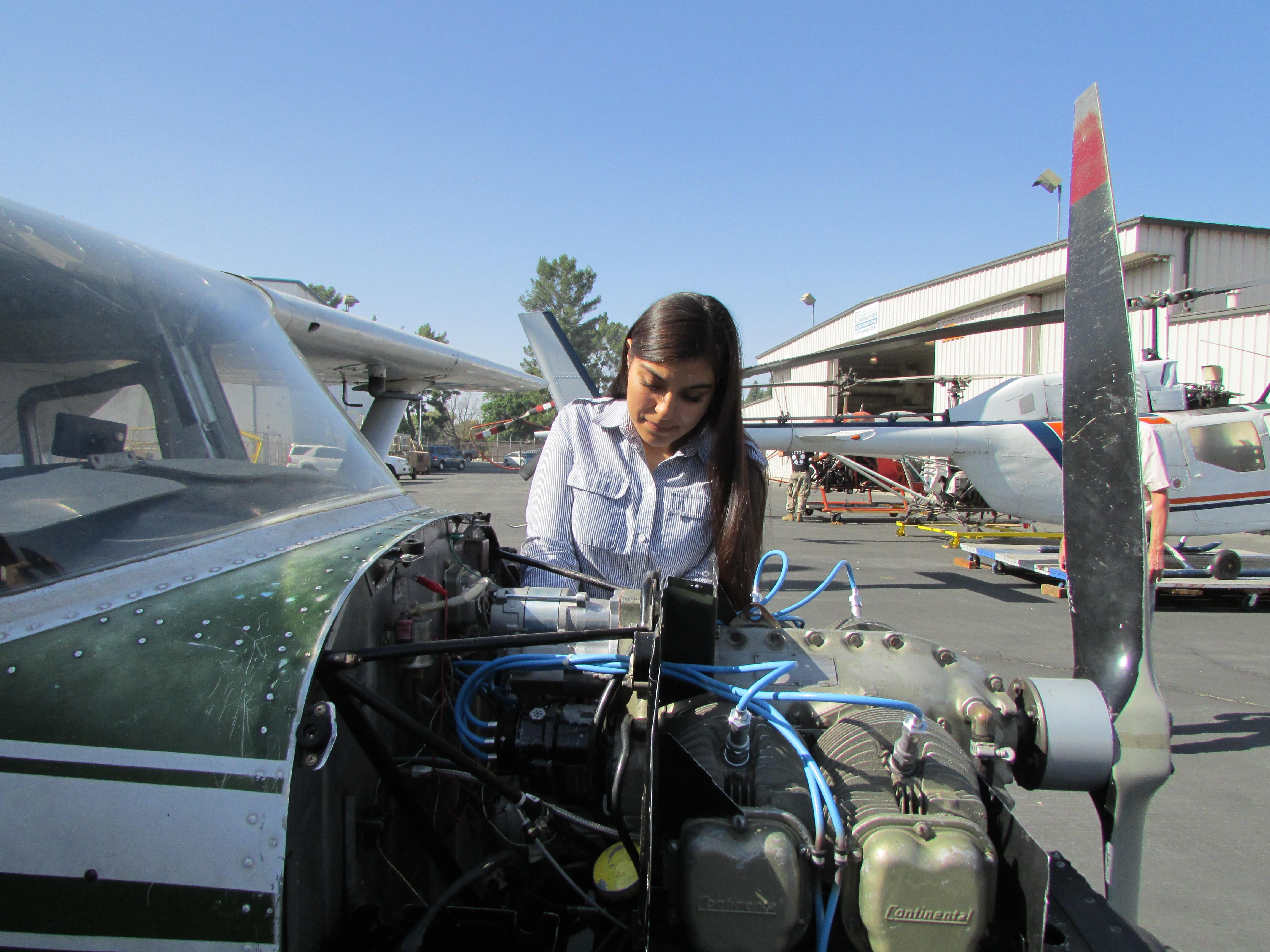 A Mónica Hernández, le gusta la reparación de aviones. (Araceli Martínez/La Opinión).