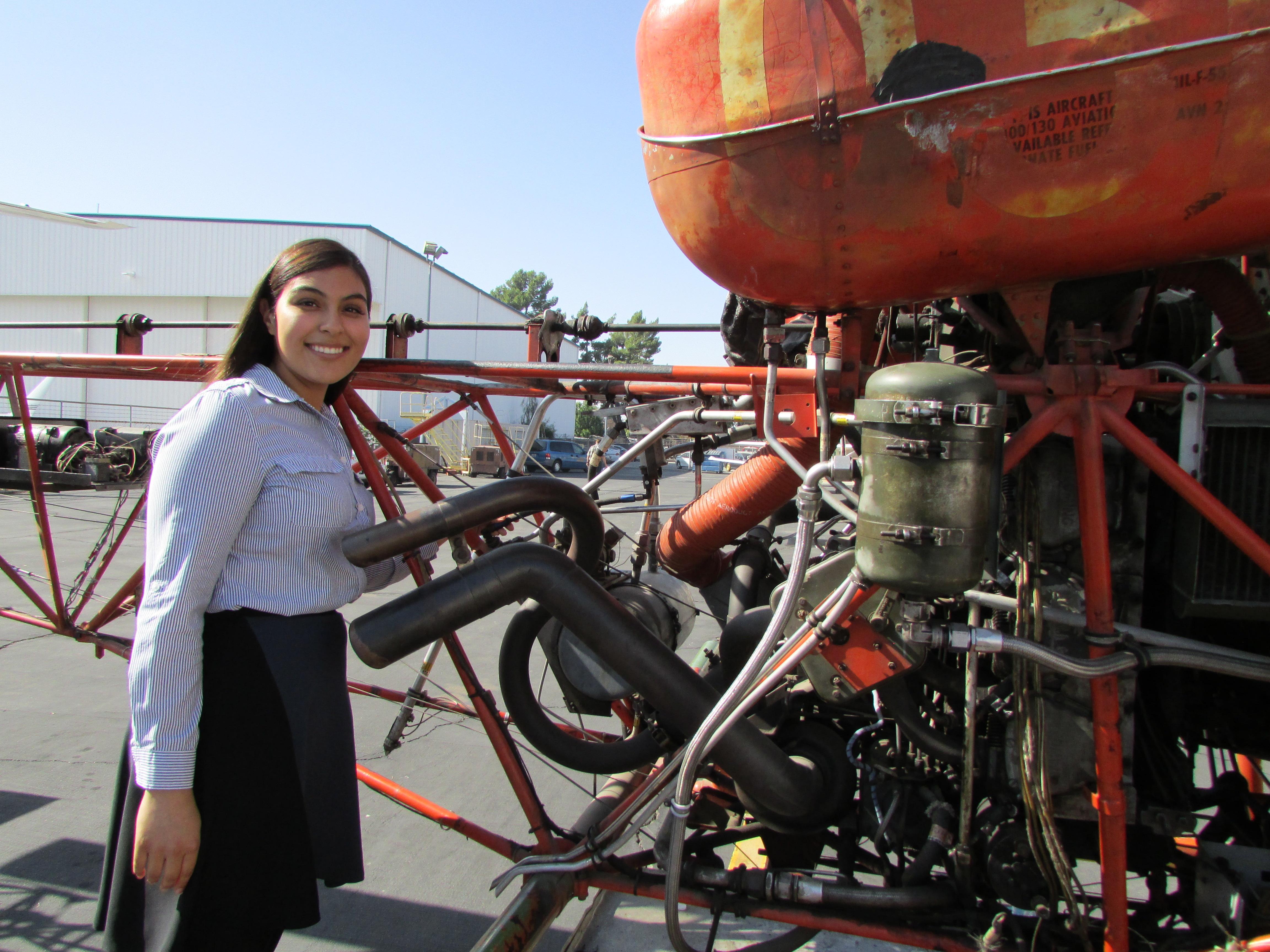 La joven nativa de Sun Valley, Mónica Hernández se va graduar como mecánica de aviones este mes de noviembre. (Araceli Martínez/La Opinión).