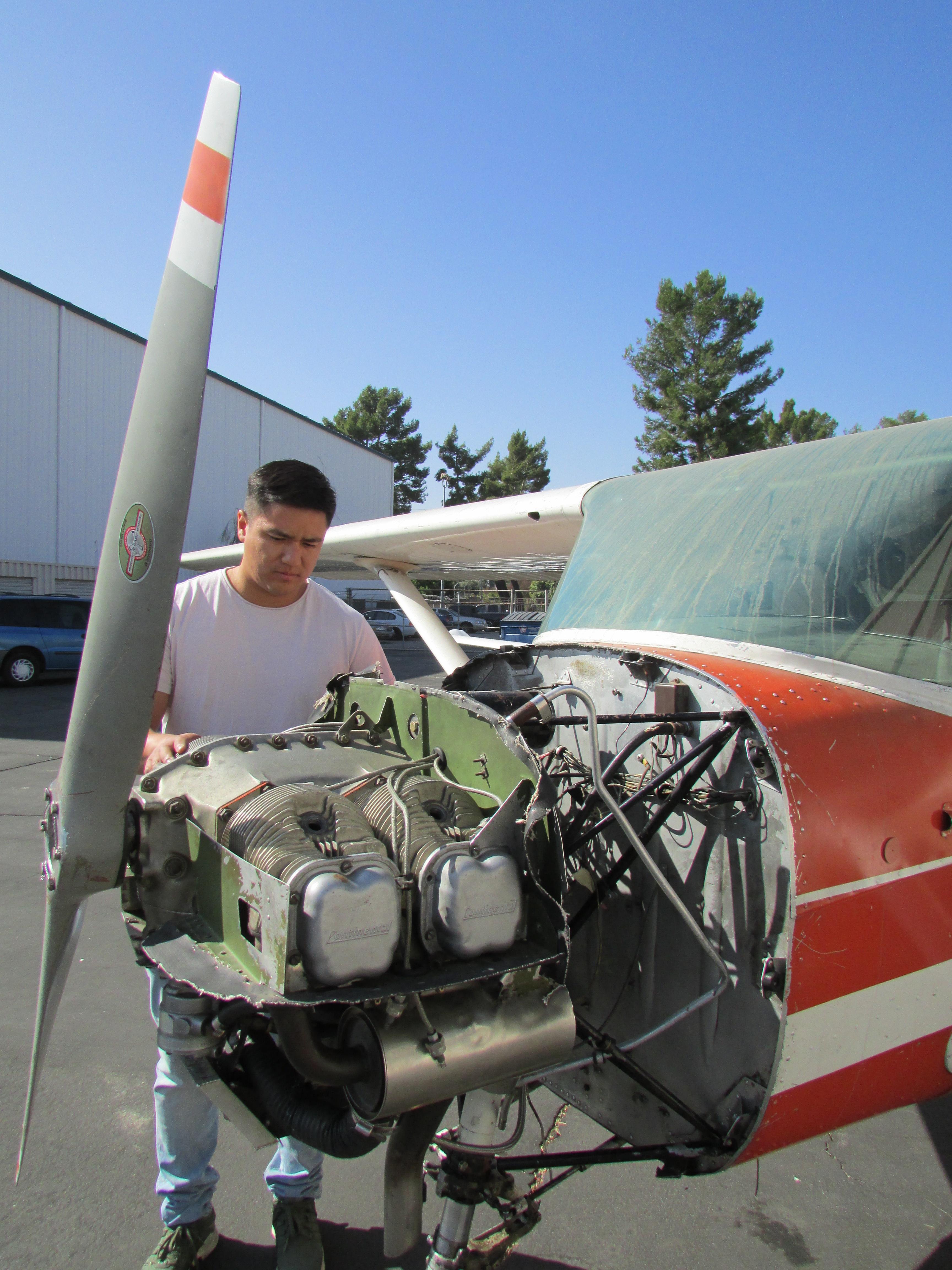 Edgardo Vásquez está muy emocionado porque se le hará el sueño de ser mecánico de aviones. (Araceli Martínez/La Opinión).