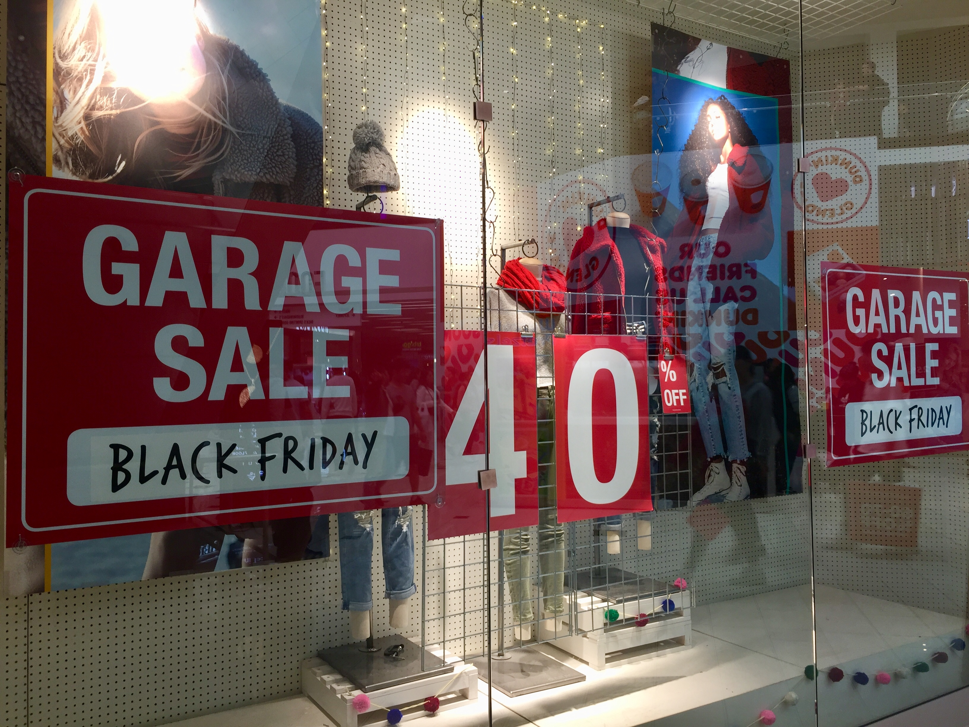 Los descuentos en las tiendas de Glendale Galleria andaba entre el 40 y 50%. (Araceli Martínez/La Opinión).