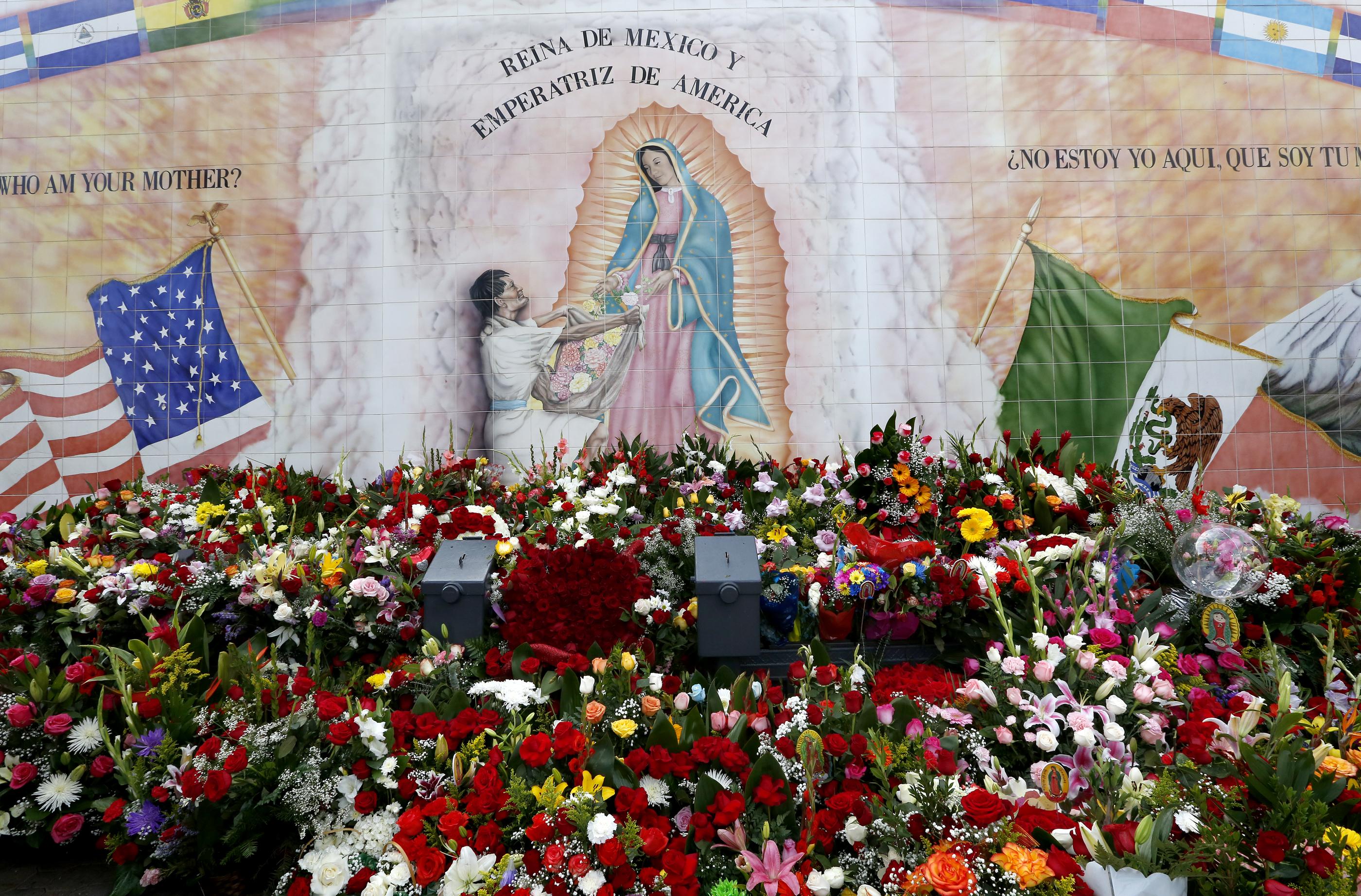 El mural de la Virgen Guadalupe flanqueado por las banderas de Estados Unidos y México. / Foto: Aurelia Ventura, La Opinión