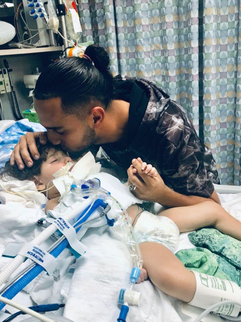 El padre de Abdullah trajo al chico a Estados Unidos para el tratamiento médico hace algunos meses, según CAIR dice. Los doctores han dicho que Abdullah no puede resistir la vida artificial por mucho tiempo más. (@CAIRSacramento)