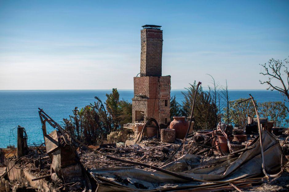 Pérdidas millonarias han dejado los incendios del último año en California como en esta casa en Malibú despues del incendio Woolsey.