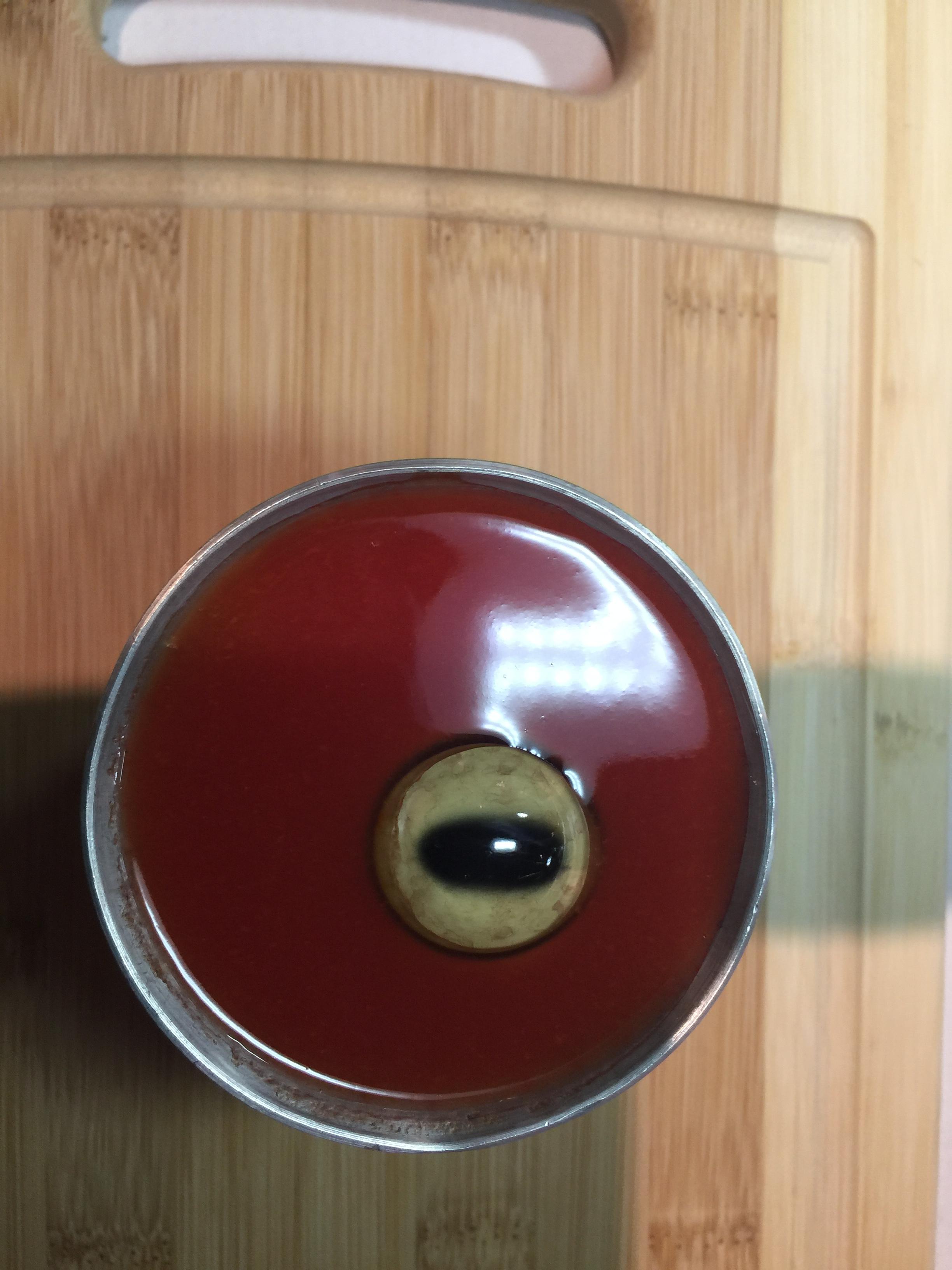 El ojo de oveja se sirve sore un vaso de jugo de tomate. (Araceli Martínez/La Opinión).