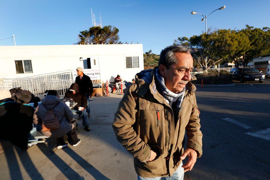 José Paz dice que todavía no le pagan por las dos semanas que trabajó antes que el incendio parara la obra de construcción en que laboraba. (Aurelia Ventura/La Opinion)
