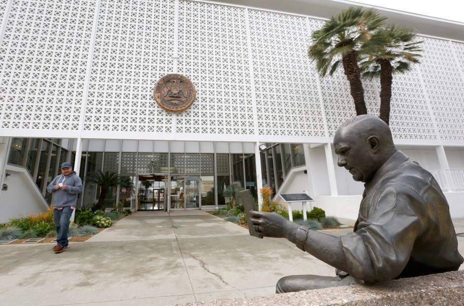 Escultura de bronce que muestra a Warner Jenkins, director ejecutivo del periódico Alhambra Post-Advocate y activista de la ciudad por muchos años. (Aurelia Ventura/La Opinion)