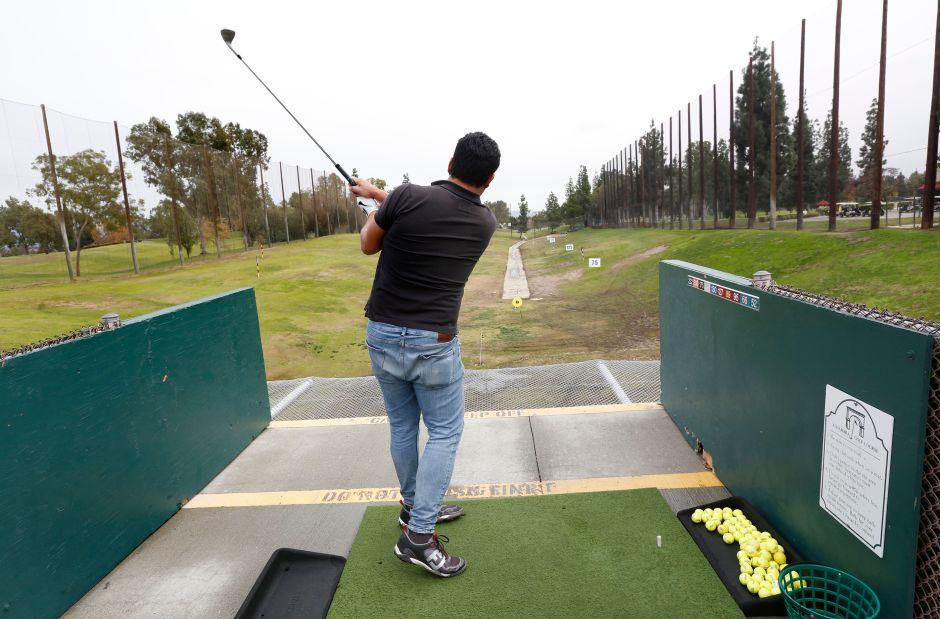 Un hombre practica deporte en el Campo de Golf Municipal de Alhambra. (Aurelia Ventura/La Opinion)