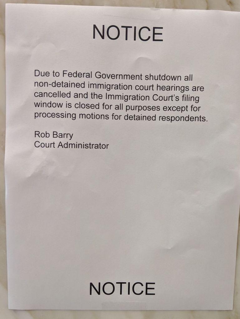 Este aviso fue pegado afuera del edificio de la corte de migración en el centro de Los Ángeles. (Foto suministrada).