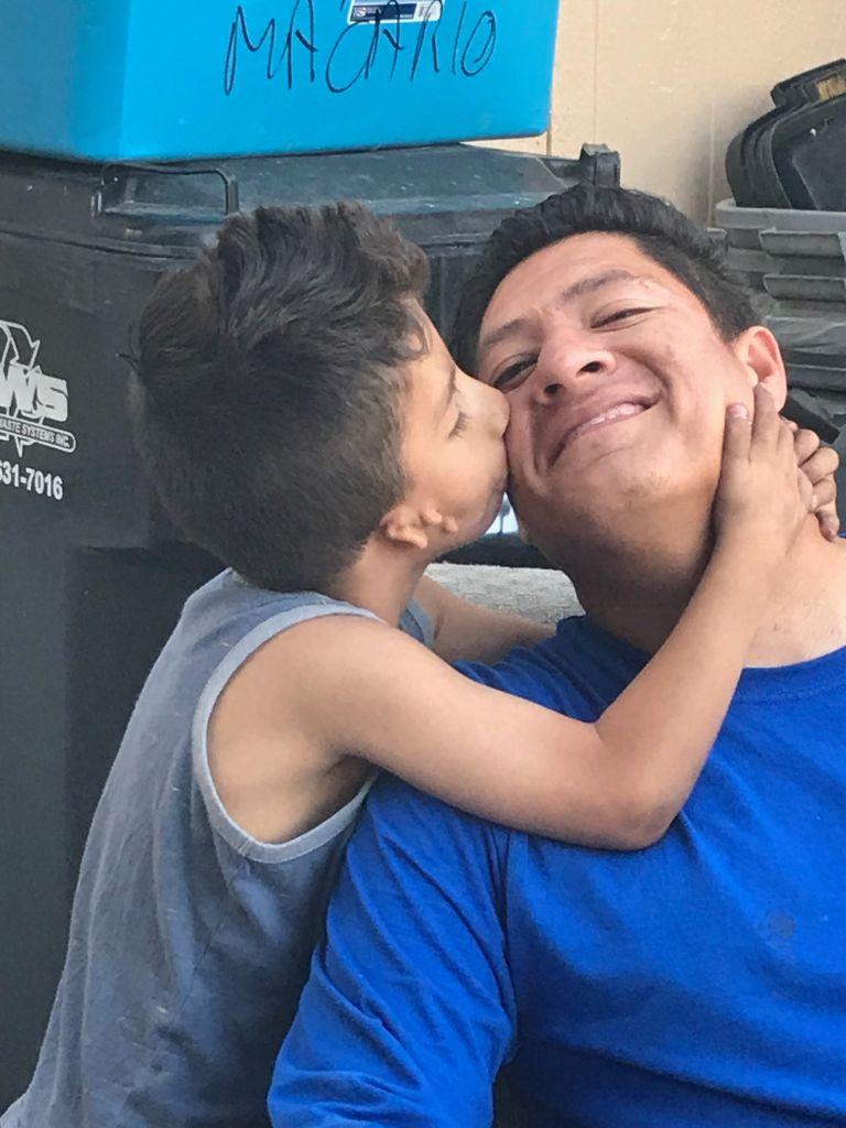 Axel, un niño con una condición especial da un beso a su padre Daniel Macario Mendoza Centeno quien debido al cierre del gobierno federal, perdió la audiencia para arreglar su estatus migratorio. (Foto suministrada).