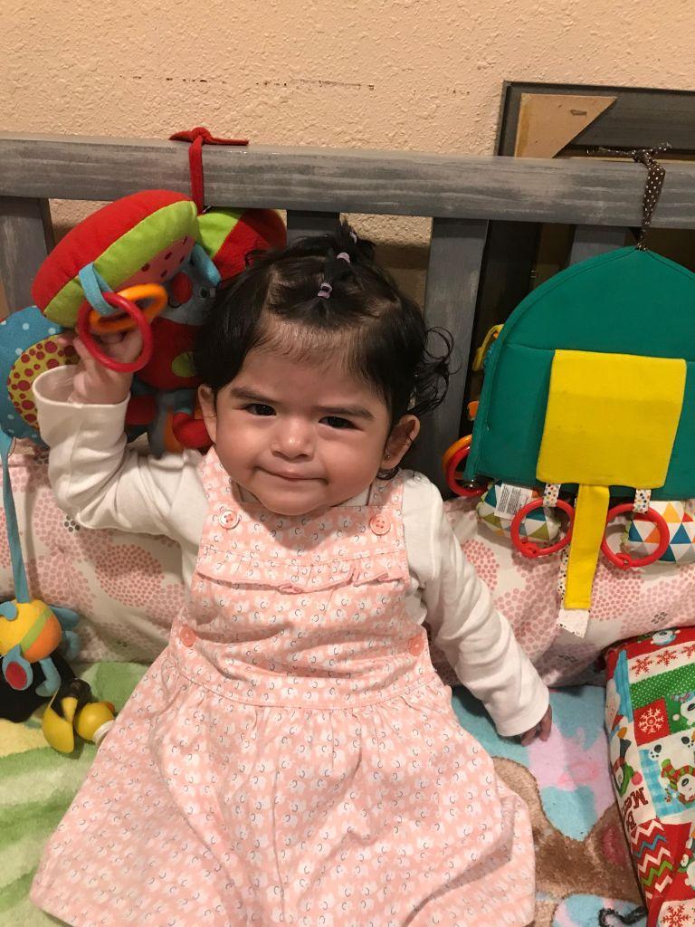 La niña Daniela Mendoza de un año de edad, que n sufre del corazón junto con su hermano Axel, un niño especial ayudan a su padre Daniel Macario Mendoza Centeno a obtener la residencia. (Foto suministrada).
