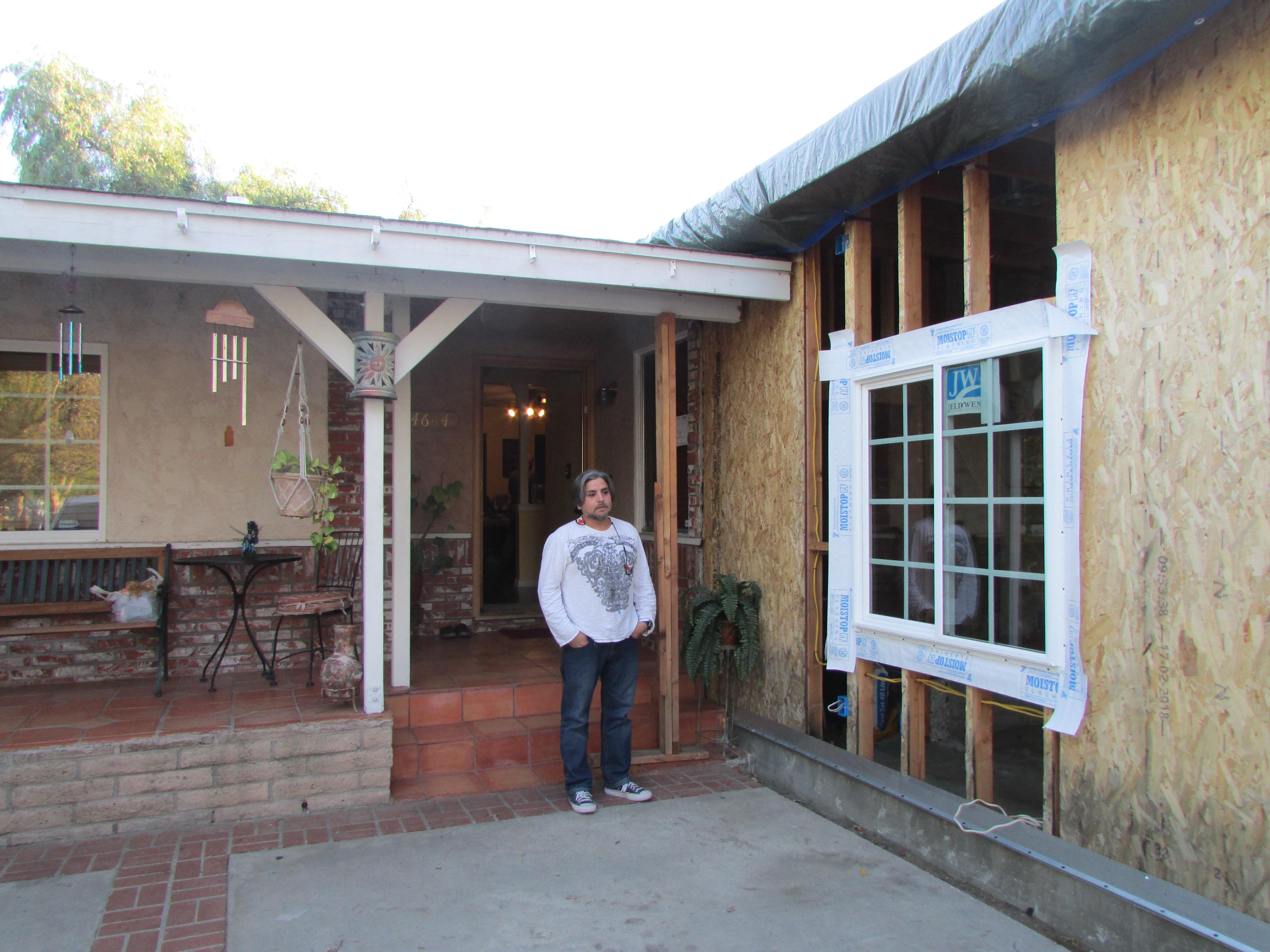La conversión del garaje de su casa en departamento quedó paralizada desde octubre cuando la compañía constructora desapareció y se declaró en bancarrota. (Araceli Martínez/La Opinión).