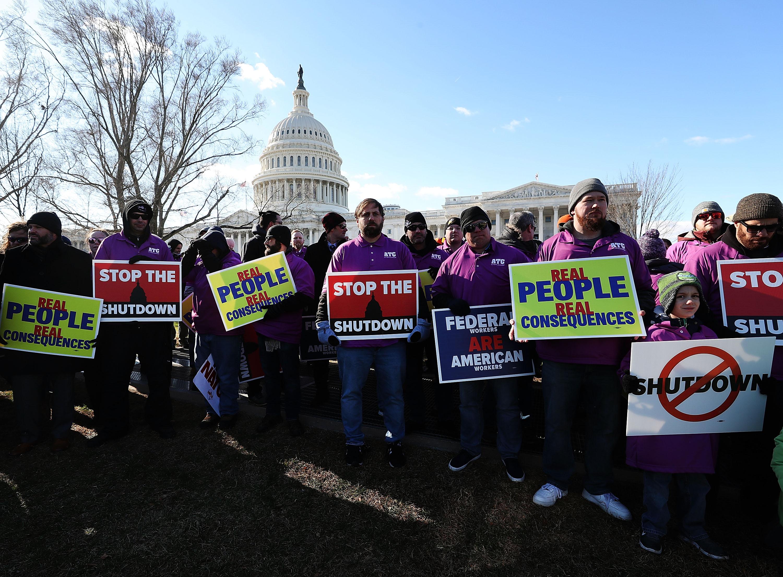Trabajadores federales se concentraron hoy enfrente de la Casa Blanca para pedir a Trump que reabra la Administración.