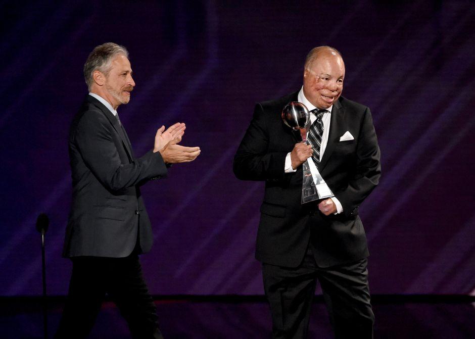 Del Toro al recibir el Premio Pat Tillman en los ESPYs de 2017.