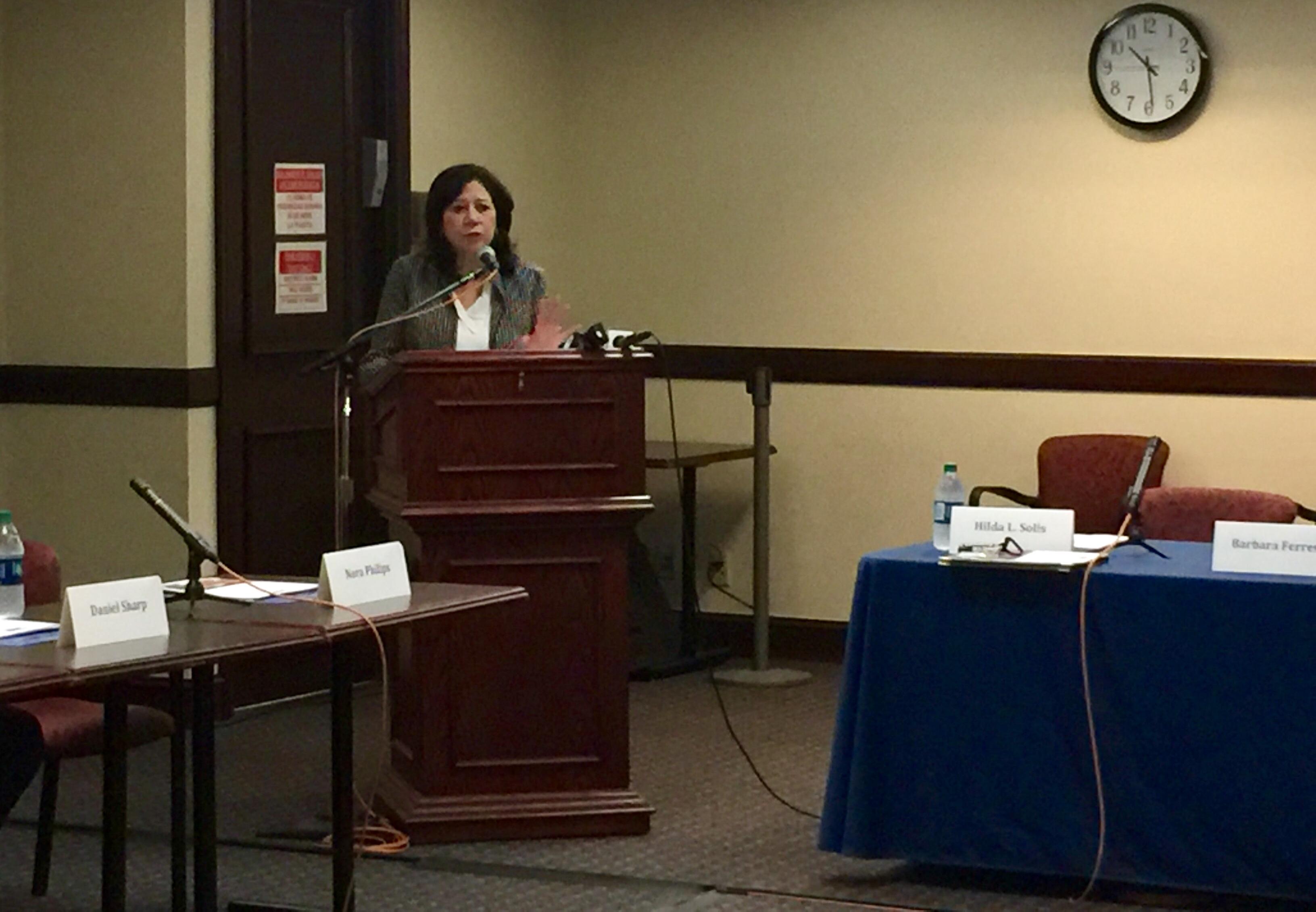 La supervisora Hilda Solís habló en una reunión con representantes de los medios étnicos de Los Ángeles, de los servicios que el condado ofrece a los inmigrantes. (Araceli Martínez/La Opinión).