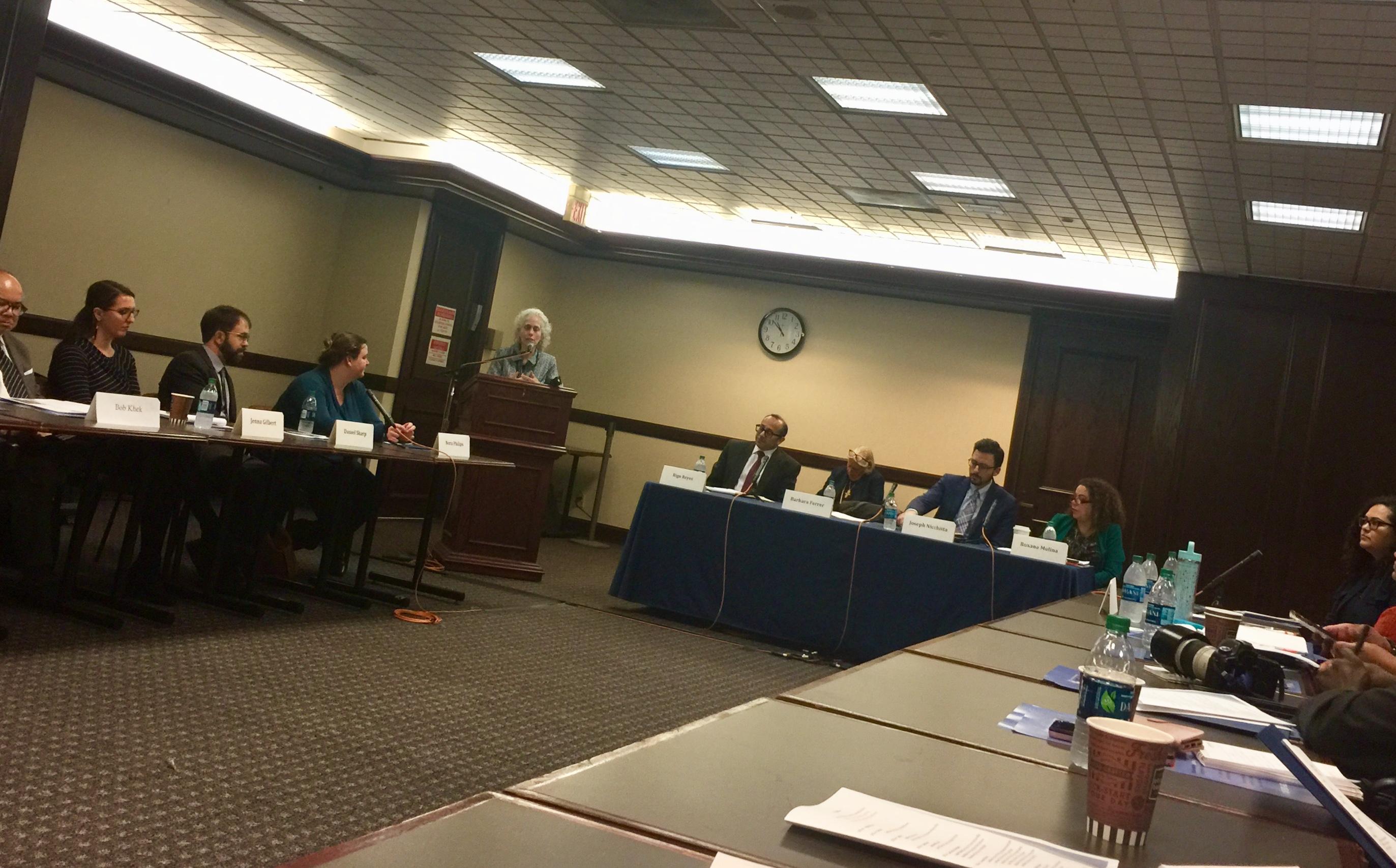 La doctora Bárbara Ferrer, directora del Departamento de Salud Pública del condado de Los Ángeles participó en el encuentro con medios étnicos donde habló de los apoyos en salud para los inmigrantes. (Araceli Martínez/La Opinión).