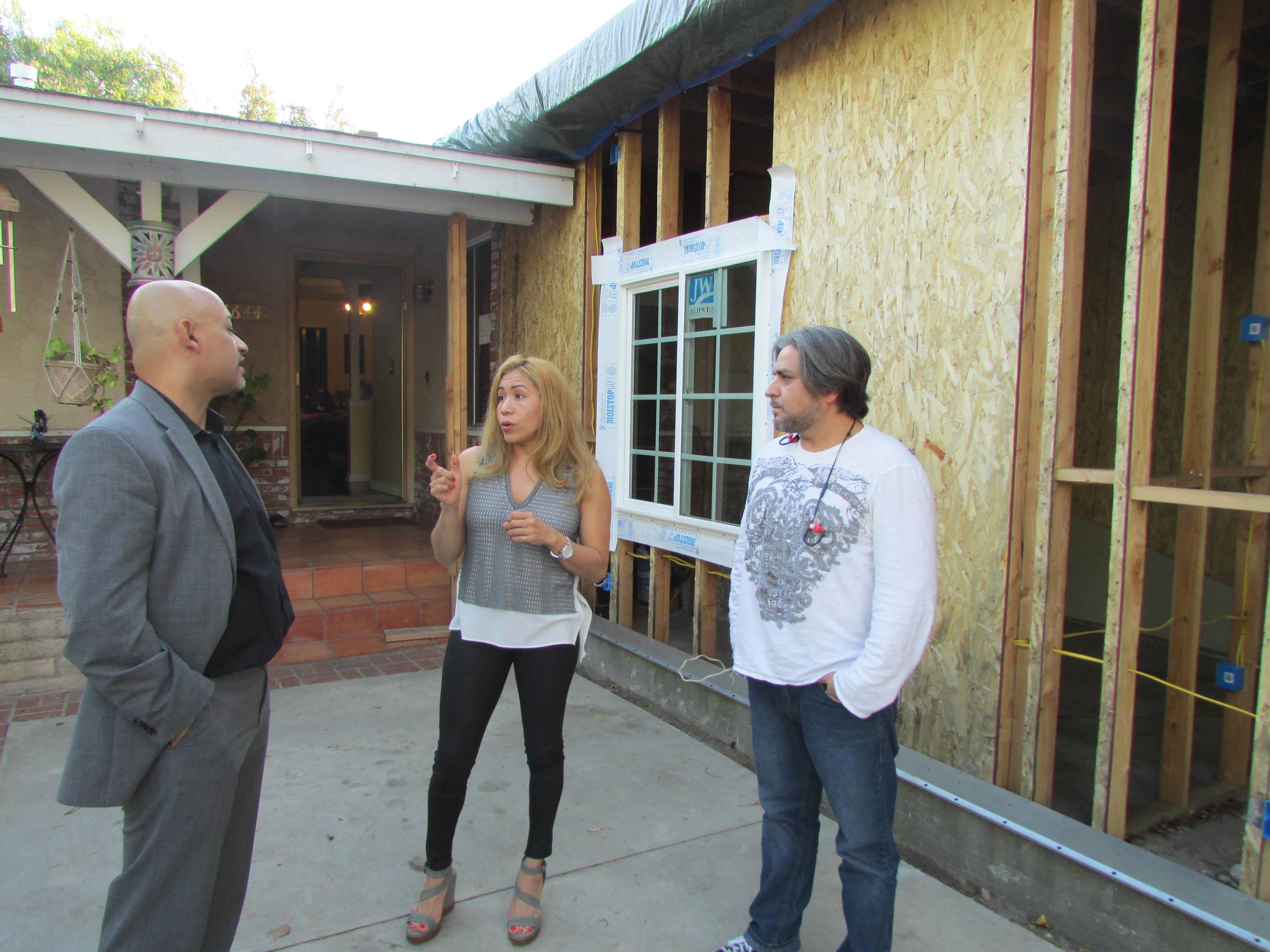 José Feliciano, Jorge Hernández y Dora Zuniga discuten posibles soluciones a la estafa sufrida cuando pretendían convertir sus garajes en departamentos. (Araceli Martínez/La Opinión).