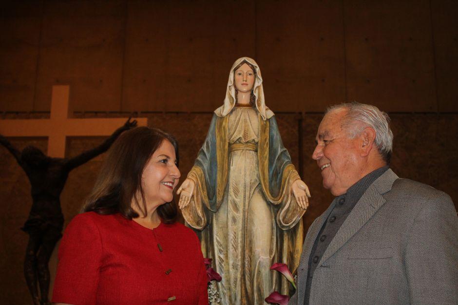 Estella Ruiz, de Los Ángeles, y su esposo Pedro Ramírez, de Guadalajara. Tienen cuatro décadas de feliz matrimonio. . (Jorge Luis Macías/Especial para La Opinión)