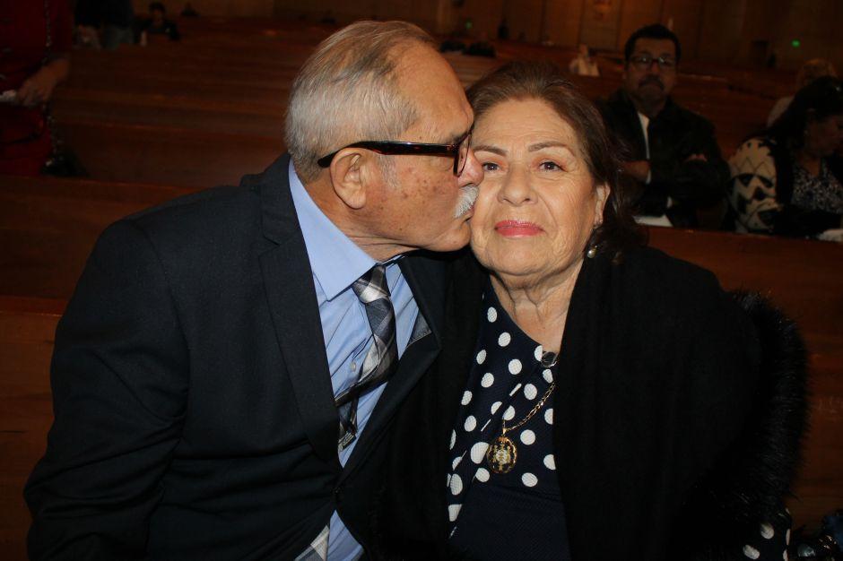 Jesús y Rafaela Hermosillo siguen igual de enamorados que hace más de 50 años cuando se conocieron en Jalisco, México . (Jorge Luis Macías/Especial para La Opinión)
