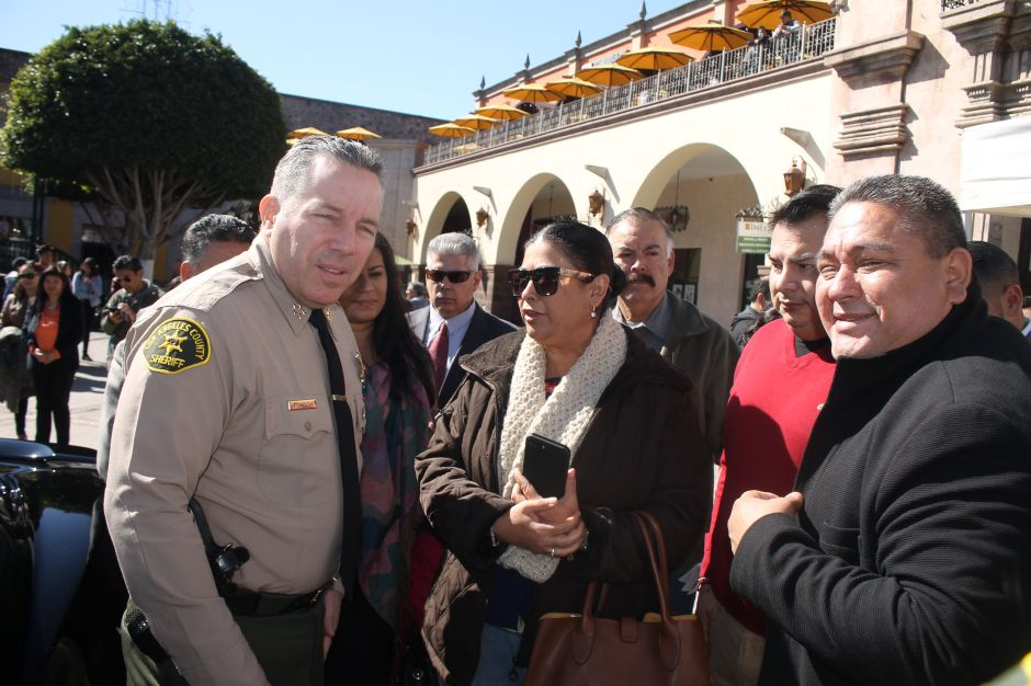 El Sheriff Alex Villanueva junto a activistas proinmigrantes. . (Jorge Luis Macías, Especial para La Opinión)
