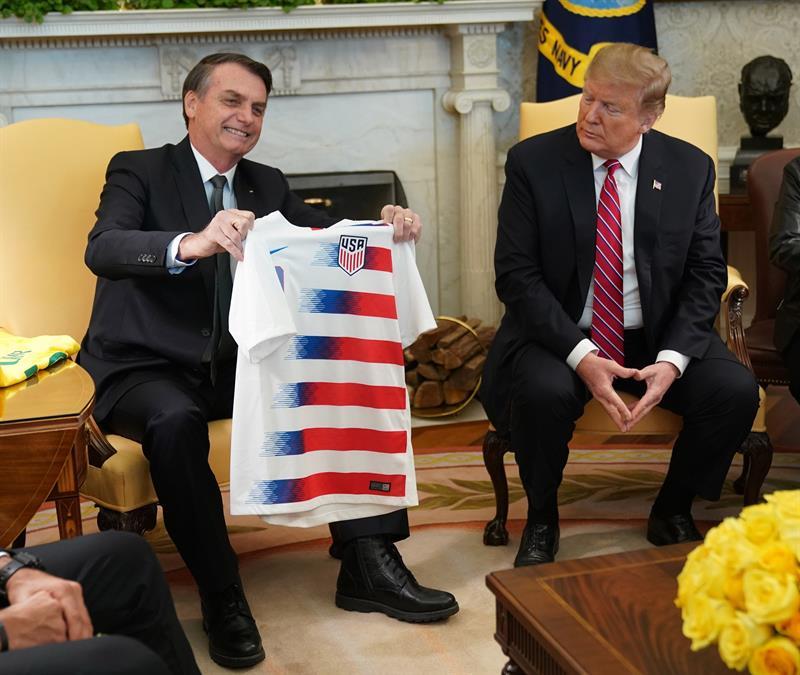Donald Trump le obsequió a Jair Bolsonaro un jersey de la selección de Estados Unidos