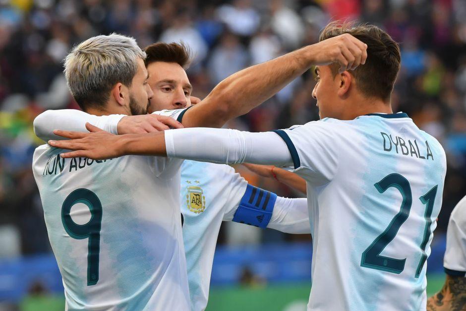 Paulo Dybala celebrando el gol de la victoria sobre Chile.