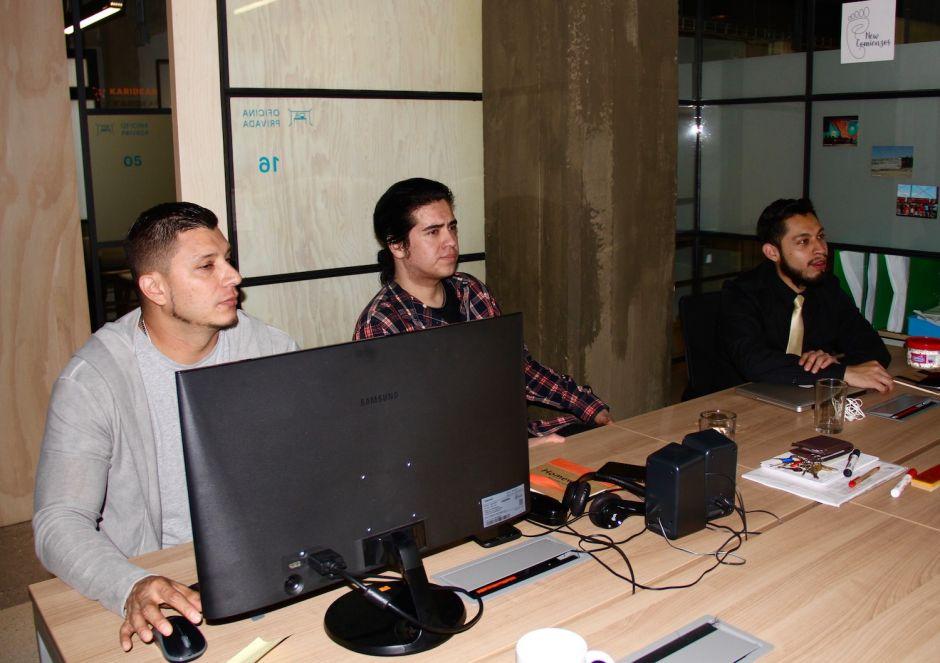 Integrantes de la organización New Comienzos durante un curso de capacitación para atender las llamadas de posibles deportados desde EEUU.