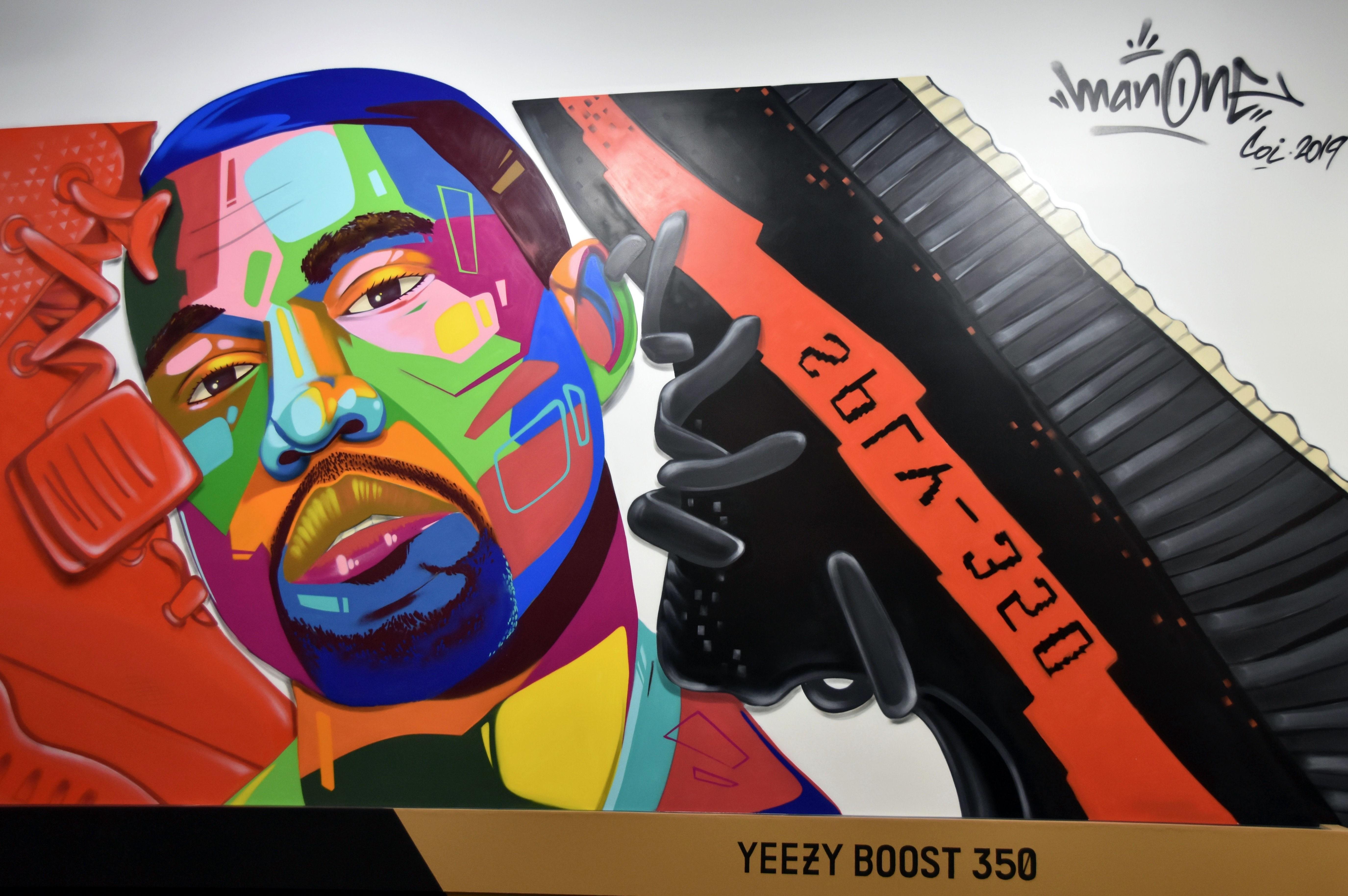 """El muralista """"Man One"""" retrató al cantautor estadounidense Kanye West junto a una zapatilla."""