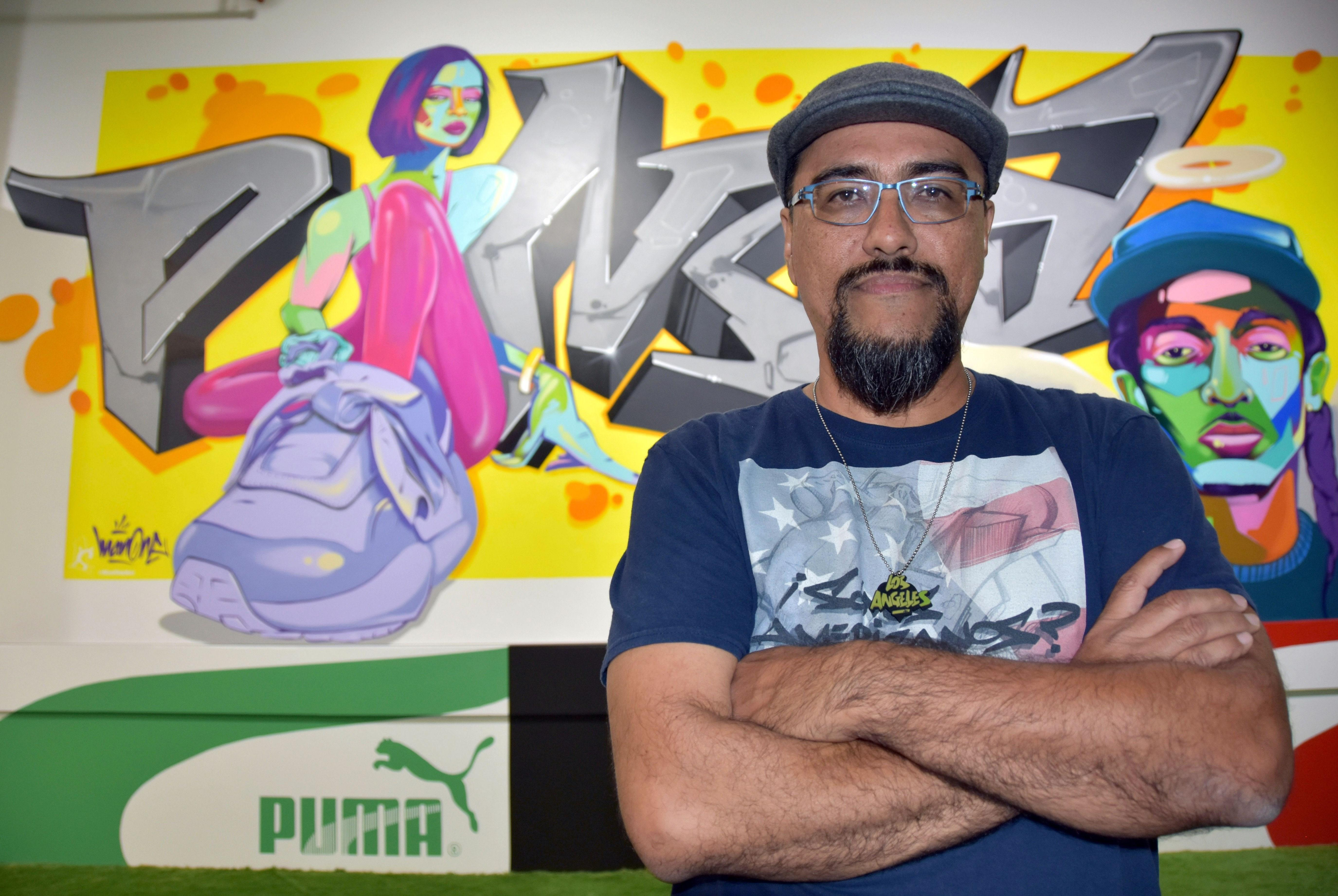 El artista angelino Alejandro Poli Jr. (Man One) es uno de los muralistas de Sneakertopia.