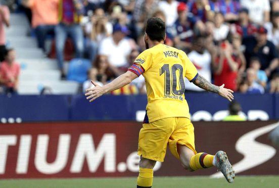 Lionel Messi anotó de penal su gol número 500 con la pierna izquierda en el Barcelona.