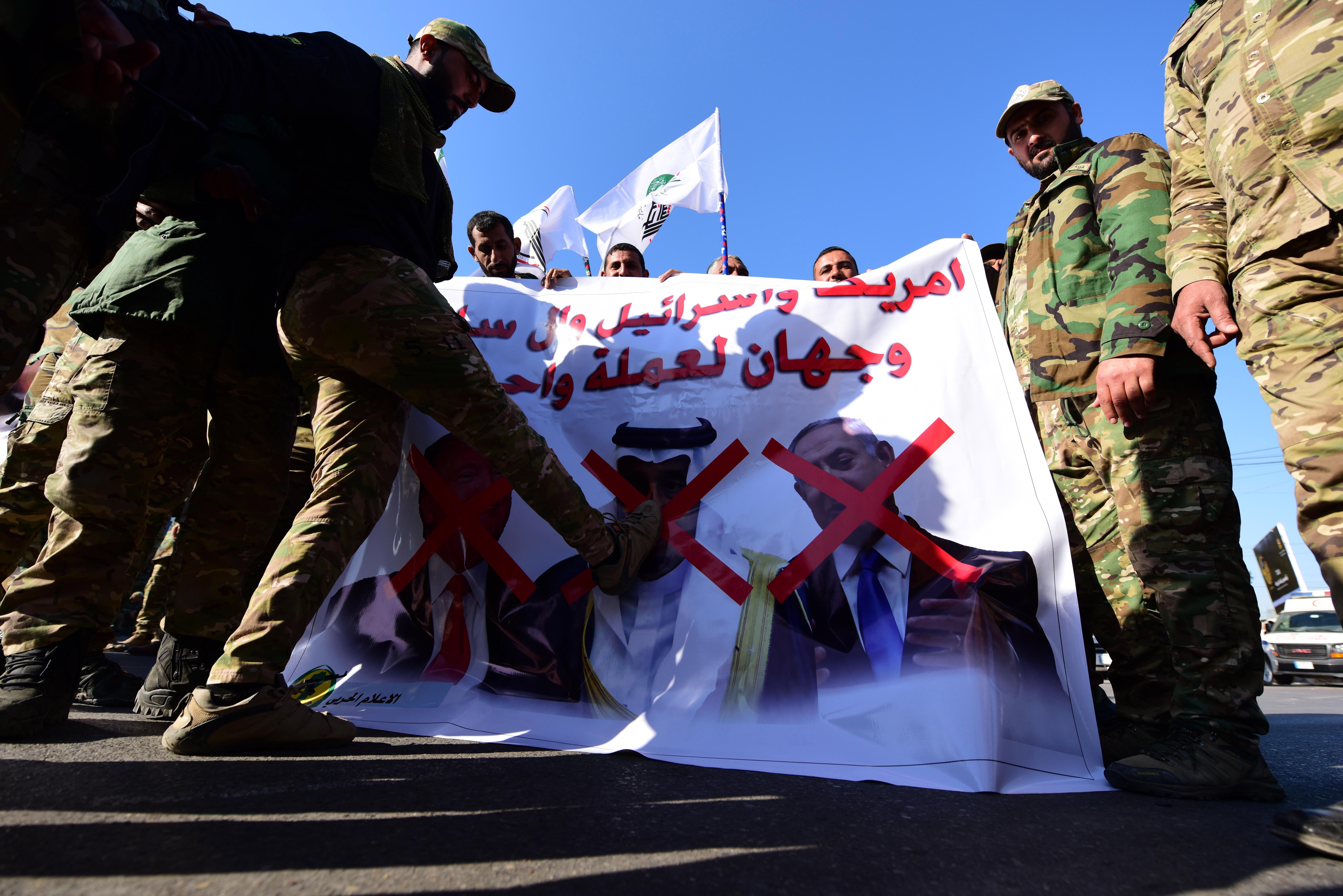 Los manifestantes se reunieron en un principio en el exterior de la embajada.