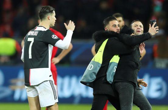 Los seguidores volvieron loco al delantero de la Juventus. Hasta tres de ellos saltaron al césped para ver y toca al crack.