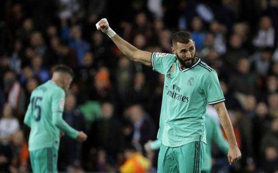 Karim Benzemá festeja su gol de última hora en Mestalla.