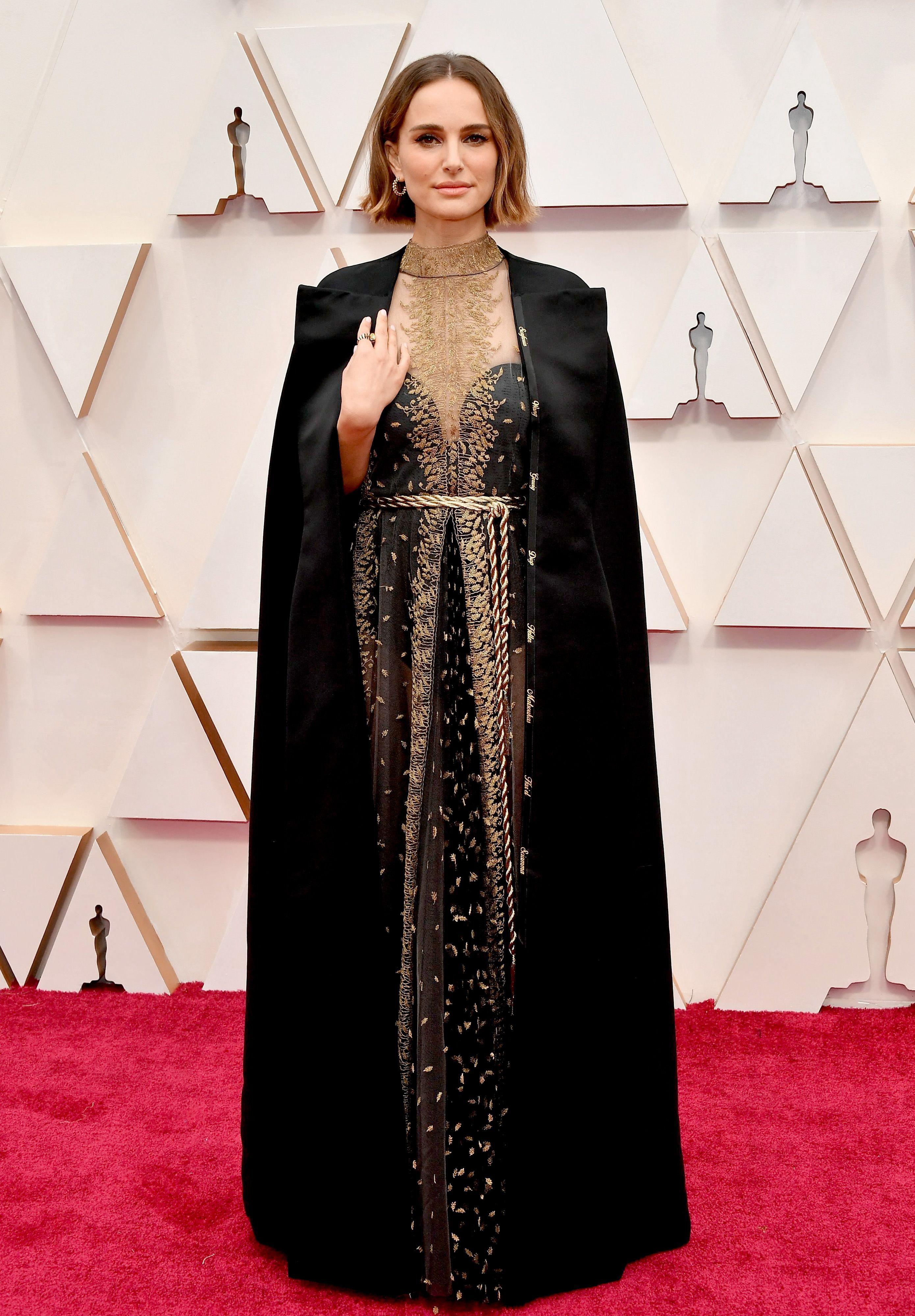 Portman llevaba bordados nombres de mujeres directoras en su capa Dior.