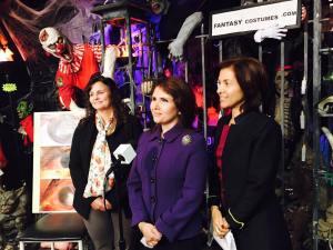 La vicegobernadora de Illinois Evelyn Sanguinetti en conferencia para advertir a la comunidad latina fe los peligros del uso de lentes de contactos cosmésticos. Junto a Sanguinetti están la Dra. Christine Allison (izq.) y la Dra. Sandra Rafael.