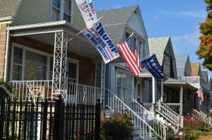 Tres banderas en apoyo a Trump ondean en un vecindario latino de Chicago.