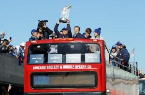 El trofeo de campeones de la Serie Mundial cruzó Chicago.