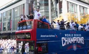 A bordo de autobuses, jugadores y miembros de la organización de los Cubs recibieron la aclamación popular en Chicago.