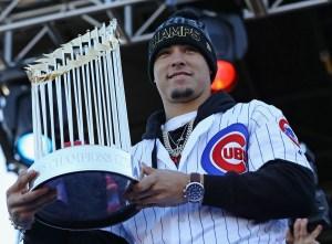 Javier Báez, de los Cubs de Chicago, con el trofeo de campeones de la Serie Mundial y monarcas del beisbol de las Grandes Ligas.